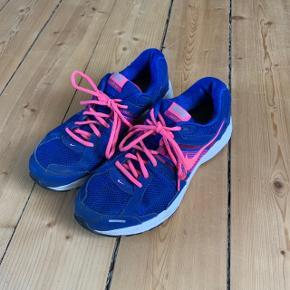 Nike sneakers i blå og pink str. 41. Brugt få gange.  FAST PRIS: 200 kr. + porto