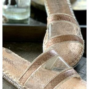 *Prisen er 75 kroner afhentet. (Flere billeder i kommentar feltet 🤗)  Erynn sandaler fra Buch Copenhagen i snake stof, transparent materiale henover vristen samt de fineste rækker af små simili sten, så de glimter flot i lyset 💫 Brugt et par timer, ellers ikke. Str. 37, passes af 36/37. Original kasse kan medfølge.  🌸 SÅDAN HANDLER JEG 🌸  💙 BETALING VIA MOBILE PAY 💙 💚 Varen går til først betalende. 💛 Bytter/refunderer ikke/tager ikke varer retur. 🏠Hentes på Amager, tæt på Bella Center. 📮eller sendes på købers regning med Dao/Gls med mindre andet er aftalt. 📸 jeg sender altid billede af pakken, forsendelses oplysninger og indleverings kvittering.  VED AFHENTNING: Udlevering af vejnavn når du er på vej. Resten af adr. får du, når du er her. Bliver tit brændt af - på forhånd tak for forståelsen!🏡  Slået op flere steder.   * TS gebyr er inkl. og fratrækkes ved en handel udenom TS.