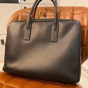 Sælger min briefcase fra Yves Saint Laurent, super fed taske i virkelig lækker kvalitet. Originale certifikater og kvittering haves + nøgler til låsen   Den har en lille ridse bag på og lidt slidtage på håndtagene. Ellers i virkelig god stand