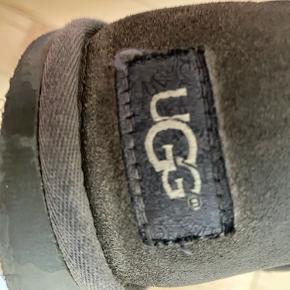 Disse lækre UGG er i str. 38. De er super lækre og varme især her til om vinteren fordi der er ægte pels i. De er brugt meget derfor sælger jeg dem også rigtig billigt.  De kostede 1100kr fra ny MP: byd