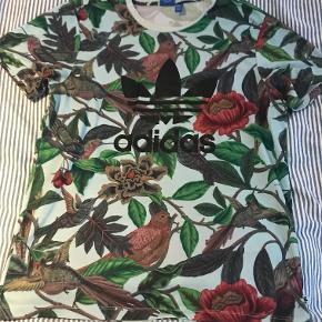 Næsten ny Adidas trøje. Har et enkelt lille mærke i nakken. Passer en Medium, måske en lille Large.