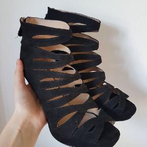Sorte stiletter med lynlåslukning i hælen. De er ca. 12 cm. høje.   Sælges udelukkende fordi jeg ikke får dem brugt.  Sendes med DAO gennem Trendsales.