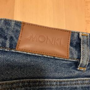 Monki jeans, højtaljede mom fit. Str 27 (passer en s/ lille medium). Fra ikke-ryger hjem.