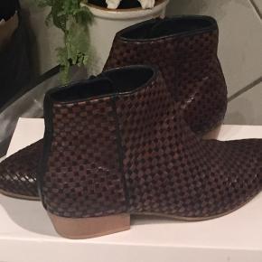 Super flotte Ankelstøvler fra Soon i en flot mørkebrun og sort farve.  De har været på et par gange, se evt. Billede.
