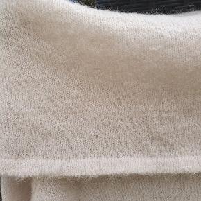 Lækker strikbluse - lækker blød kun brugt max et par gange. Kan bruges alm. eller off shoulder