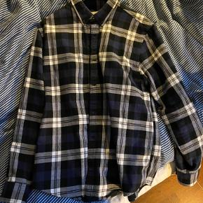 Mega fed, ternet carhartt skjorte. Brugt få gange, men uden nogen slid-skader på skjorten. Jeg er omkring 188 på billedet og den passer mig fint.