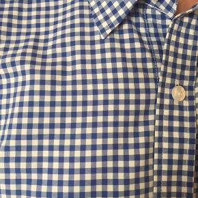 Ternet blå/hvid slim skjorte. Rigtig fin stand. Passer til en høj slank herre.  BYD