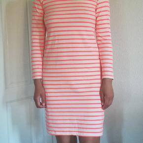 Kjolen er pæn og i velholdt stand. Mp. 250kr plus porto. Handler gerne med mobilepay.