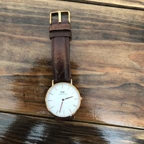 Fint Daniel Wellington ur i modellen Classic Bristol med brunt læder og rosegold urskive. Uret er 36 mm.   Uret er ikke brugt særlig mange gange, men læderet får hurtigt en patina som giver det et lidt mere vintage look. 😁   Uret kan hentes i Fredensborg eller sendes med DAO.