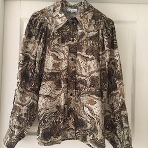 Flot skjorte og er som ny brugt en enkelt gang