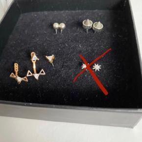 Øreringe brugt Max 3 gange, ellers ligget i smykkeskrin. Par yderst til venstre består af to dele, som kan tages af og på. Har tidligere været sølvfarvet, men oxyderet og derfor fået en gylden farve.   30kr pr par.