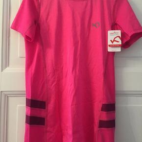 Lækker og helt ny t-shirt fra Kari Traa.  Den er virkelig blød. Aldrig brugt - fejlkøb da det er en forkert str.  Størrelse: M Farve: Pink med 'fartstriber' i siderne som er mørkelilla. Nypris: ca 300 kr. Aldrig brugt. Hænger i hjem uden røg. Byd gerne 🌸