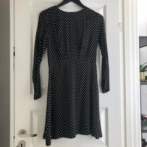 Sælger denne fine kjole fra & Other Stories. Den er aldrig brugt og med mærke i str 36. Nypris: 560kr ⭐️