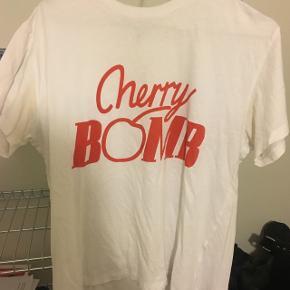 Ganni t-shirt med et lille hul foran, man bemærker det dog næsten ikke