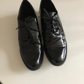 Super flotte laksko fra Bianco sko. Brugt to-tre gange. Fejler intet. Sælger kun da de er lidt for store til mig så går ikke ordentlig i dem.  Nypris: 799,-  Bytter ikke.