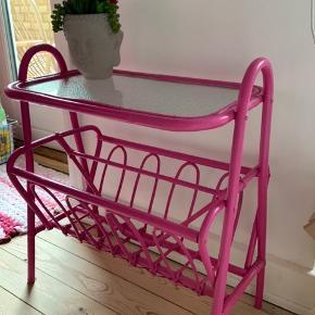 Lille fint malet gammelt glasbord med original glasplade og magasinholder.  Det kan males, hvis man ønsker en anden farve.  Det er 2 ridser i gladpladen som ikke ses, da der er mønster på bagsiden.  Skal afhentes i Kgs. Lyngby🌸🌸