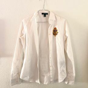 Smukkeste hvide skjorte fra Ralph Lauren med brodering på brystet. Brugt en enkelt gang og fremstår som ny🌼