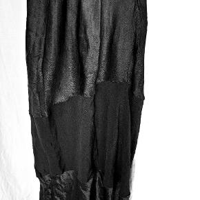 Flot lang kjole fra Yin i 100% viskose. Der står L i størrelse, men passer bedre til S/M.   Køber betaler fragt med Dao eller kan evt afhentes på Østerbro. Se også mine andre annoncer 🙂.