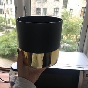 🦋Sælger denne fine vase med Guld kant🦋 🌸Mp 35kr  🌸Alt afhentning sker på min adresse på Amager.   🌸Husk bud er bindende!   Ingen retur, bytte eller penge tilbage🌸  Skambud modtages ikke❌
