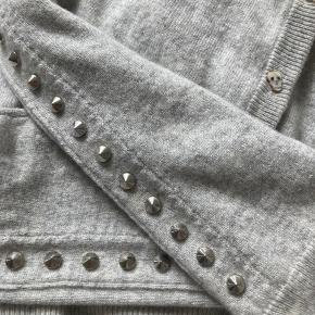 .Zadig & Voltaire wool and cashmere cardigan  button fastenings at front  Round neck, raglan sleeves, long sleeves, stud embellishment at sleeves, darts at front, ribbed trims70% wool, 30% cashmere Aldrigt brugt  Nypris 370£  #secondchancesummer