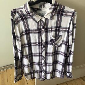 Så fin dejlig blød skjorte fra Rails.  Str M, men passer bedre str S.  Er brugt, men fejler intet. Ingen pletter el huller.  MP : 150,-kr pp 🌸  BYTTER IKKE