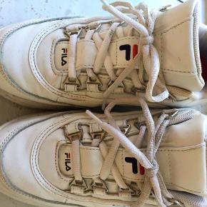 Skoene er brugt, hvilket ses, men stadig brugbare