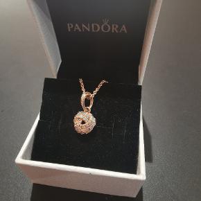 Pandora halskæde i 14 karat forgyldt rosegold.  Prisen er både for vedhæng og kæde. Kædens længde 45 cm med mulighed for at forkorte den.