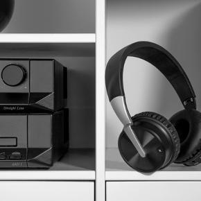 HELT NYENYPRIS: 400Manual og jackstik følger med   Lækker trådløs on-ear hovedtelefon med klar og detaljerig lyd, så du kan nyde din musik, podcast eller lydbog i fred og ro. Bluetooth 4.2 giver dig den bedst mulige trådløse lyd. Sættet har ørepuder i blødt skum og kan sidde på hovedet i mange timer ad gangen uden at genere. Løber batteriet tør for strøm, kan du tilslutte det medfølgende kabel og lytte videre. Med den indbyggede mikrofon besvarer du let opkald fra din mobiltelefon. Hovedtelefonerne kan klappes helt sammen i den medfølgende stofpose, så de fylder så lidt som muligt i din taske. Et sæt solide hovedtelefoner med en kraftfuld lyd, som leverer soundtracket til din dag.  • Ren trådløs lyd via Bluetooth 4.2 • Behagelige at have på i mange timer • Nemme at have med på farten  Vægt: 0,320 kg Varenr.: 912295