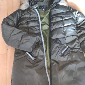 Sælger denne vinterjakke da det var et fejl køb på nettet og nu har ligget længe ned pakket..   Der står XL, men det er ikke Europa str. for jeg bruger s eller m og den passer perfekt..