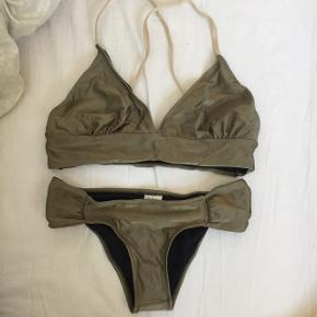 Army grøn/shiny bikini - brugt 2 gange  Se på billede 2 hvordan overdelen sidder.   Overdel: passer en str. 75D/E  Underdel: passer en str. S