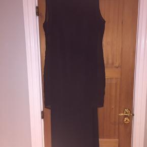 Fin lang todelt kjole hvor yderste top kan tages af.