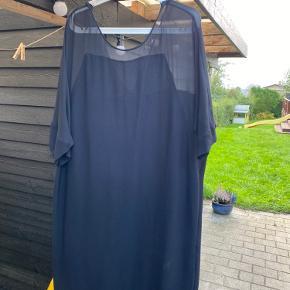 Kjole fra Malene Birger i 100% Viscose. Den går ned i ryggen bagpå og falder rigtig flot. Brugt 2 gange, men har ingen tegn på dette. Passer en M og L