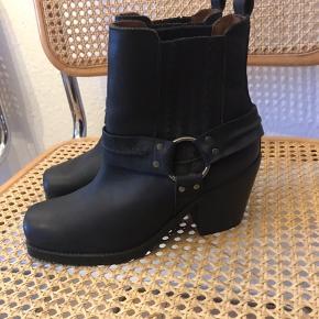 Splinternye læderstøvler fra SixtySeven i en virkelig lækker og udsolgt model.  Aldrig gået med, hvilket kan ses på sålen, klistermærker under sål sidder stadig på.