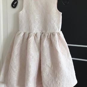 Super flot ny kjole med glimmer på 🤩🎉 Str. 134 Pris 150kr.