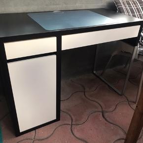 Fint skrivebord fra IKEA. Rigtig fin stand, dog med få brugsskrammer (billede 2). Gennemsigtigt skriveunderlag medfølger. Afhentes i Esbjerg