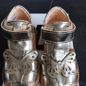 Flotte sandaler med fine sommerfugl i champagne farve, velcrolukning samt rågummisål. Fast hælkap til de små.  Passer til en smal fod.   Fast Paris 350,-