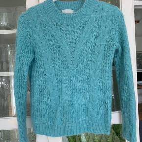 Jeg har valgt at sælge min smukke sweater, som desværre bare hænger uden at blive brugt. Den står næsten som ny.