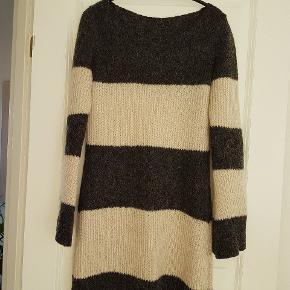 YIIP lang sweater / trøje / dress i uld blanding.  Havde oprindelig rullekrave men har pillet den af (i sammensyningen) dermed også pillet mærket af i nakken. Også fjernet varemærke.   #30dayssellout