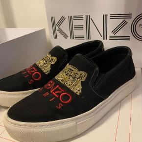 Sælger min elskede kenzo sko, da jeg desværre ikke får dem brugt. De er i super fin stand, da de kun er brugt en gang til blå mandag. 💗  De er størrelse 37, og købt på Farfetch.  Æske, dustbag og kvittering medfølger☺️  BYD gerne!✨