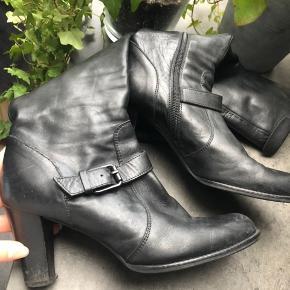 Sælger disse lange støvler med lille hæl Størrelse 39 og small i vidde   Ny pris 1899kr.  Fremstår i virkelig god stand, de skal bare gøres rene