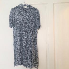 Skjortekjole fra Ganni.  Også fin med jeans under.  Jeg er 166 cm og den går mig til lige over knæene 💫