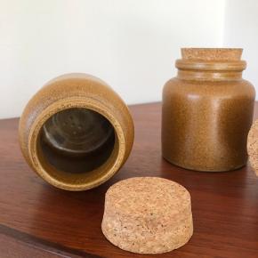 Keramiske krukker med intakte korkpropper. Prisen er for alle 3. Højden er 10,5 cm.