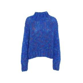Uld strik fra Blanche AW20. Kuma er en tyk uld strik med et smukt farvespil af alle farver mellem den blå farve. Den har en lille høj hals, lange ærmer og almindeligt løst fit. Størrelsen hedder S/M og er størrelsessvarende.  Meget lig de ligeså lækre strik fra Ganni.  Super lækker og varm strik til køligere sommeraftener/efteråret.