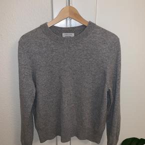 Har kuns været brugt meget få gange Sweateren er i 100% Cashmere, og havde en købs pris på 1000kr