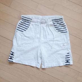 Hvide shorts der måler ca 70 cm i talje omkreds.  Der er en mindre plet foran (se billede 3) og den ene knap er faldet af (se billede 4).   Kan hentes i Roskilde eller sendes med DAO mod betaling af fragt.   #30dayssellout