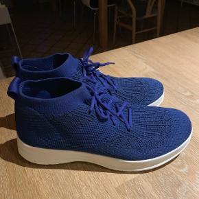 De moderne strik/socksneakers fra Fitflop i en smuk blå farve