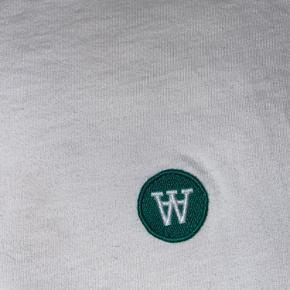 Klassisk Wood Wood double A tee med grønt logo
