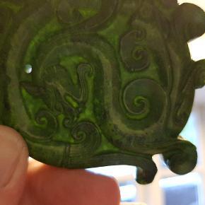 NYPRIS Sjælden stort og  flot vedhæng i grøn jade af en drage fra en gammel asiatisk samling. Vejer ca. 108 gram. Se billed med belysning ...indikere jade jadeit.