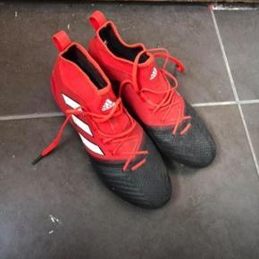 Fodboldstøvler, brugt en gang.  Np 1500,-  Str US 9 / str 43  Er som nye