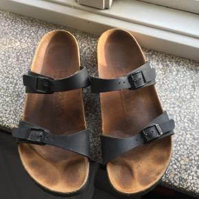 Sandaler fra Birki's - en Birkenstock kollektion - i str 38,5. Passer 39. Godt brugt, sælges billigt. Kan afhentes på Nørrebro.